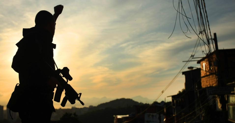 29.abr.2013 - Policial do Bope (Batalhão de Operações Especiais) comemora sucesso da operação de ocupação da comunidade do Cerro Corá, no Cosme Velho, zona sul do Rio de Janeiro. Em apenas 30 minutos, cerca de 420 policiais militares liderados pelo Bope ocuparam as favelas Cerro-Corá, Guararapes e Vila Cândido, no Cosme Velho, para a futura instalação da 33ª UPP (Unidade de Polícia Pacificadora) da cidade