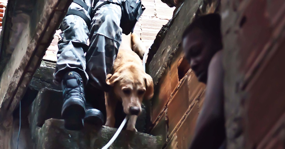 29.abr.2013 - Policial militar ocupa a comunidade do Cerro-Corá, na zona sul do Rio de Janeiro. A operação começou às 5h, e contou com PMs do Bope, do Batalhão de Choque, do Batalhão de Ações com Cães, e do GAM (Grupamento Aéreo e Marítimo)
