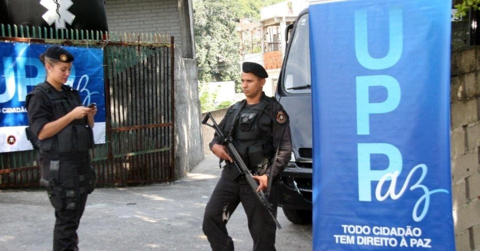 29.abr.2013 - Policial participa de operação da Polícia Militar para ocupação das favelas Cerro-Corá, Guararapes e Vila Cândido, no Cosme Velho, para a instalação da 33ª UPP (Unidade de Polícia Pacificadora) do Rio de Janeiro