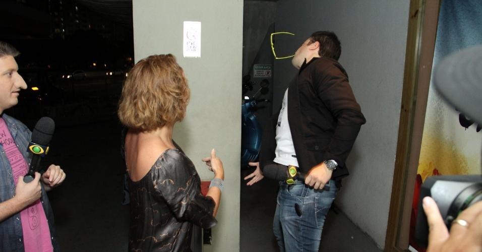 """29.abr.2013: Letícia Isnard é abordada pela turma do Pânico e joga longe os óculos do Vesgo, na porta da churrascaria onde o elenco de """"Sangue Bom"""" se reuniu"""
