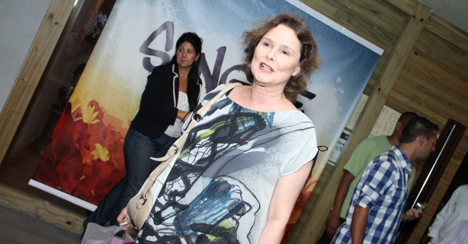 "29.abr.2013: Louise Cardoso chega para assistir ao primeiro capítulo de ""Sangue Bom"""