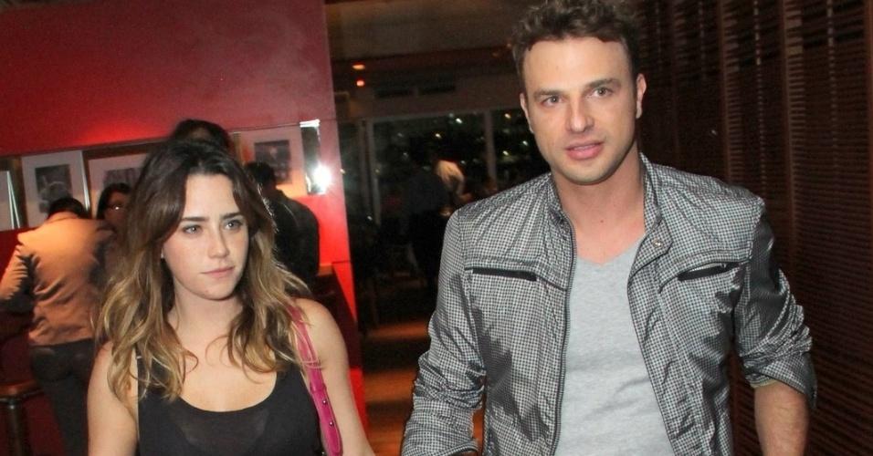 29.abr.2013: Mesmo sendo contratado da Record, Cássio Reis acompanha a namorada Fernanda Vasconcellos em festa da Globo