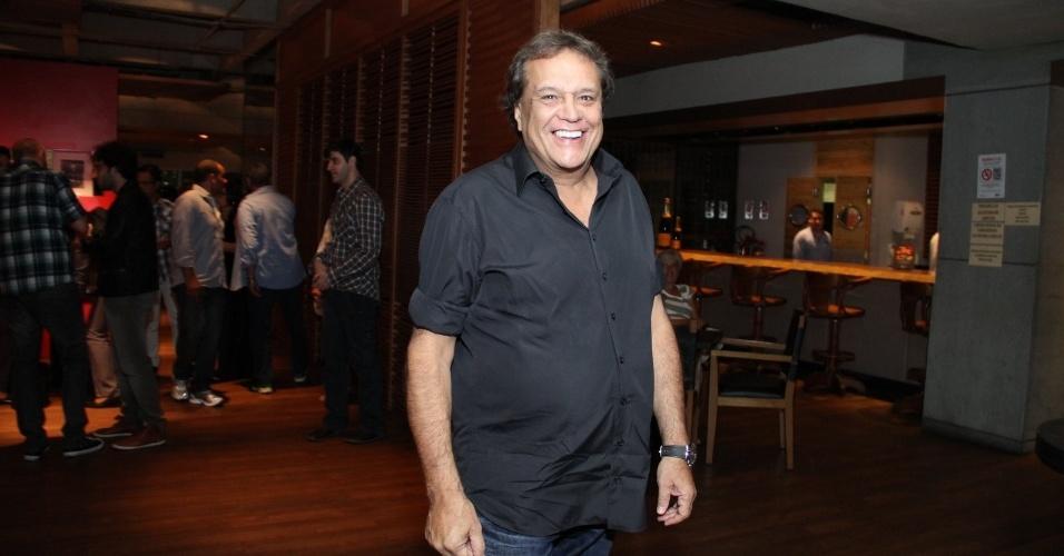 """29.abr.2013: O diretor de """"Sangue Bom"""", Dennis Carvalho, chega à churrascaria Fogo de Chão, no Rio"""