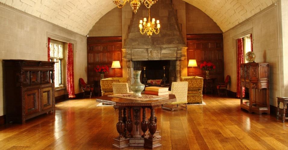 A sala The Gallery, um dos ambientes da antiga residência da família Ford que pode ser visitada em Detroit, nos Estados Unidos. Com uma área de 136 m², o cômodo é de estilo baronial e abriga uma lareira gótica do século 16 trazida de Worcestershire, na Inglaterra