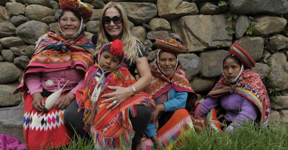 Atriz Susana Vieira posa com peruanas na cidade de Ollantaytambo, no Peru