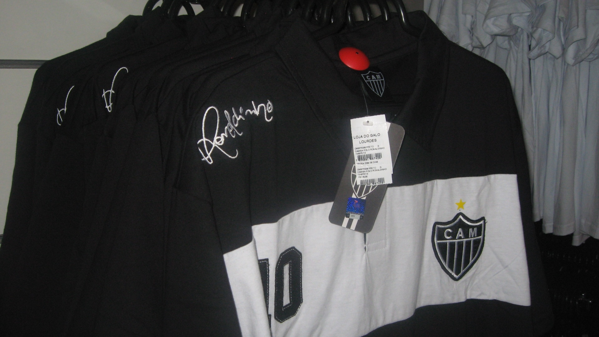Camisas com a assinatura de Ronaldinho Gacho so colocadas  venda na Loja do Galo aps lanamento da linha prpria do jogador