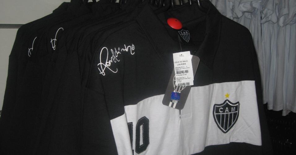 Camisas com a assinatura de Ronaldinho Gaúcho são colocadas à venda na Loja do Galo após lançamento da linha própria do jogador