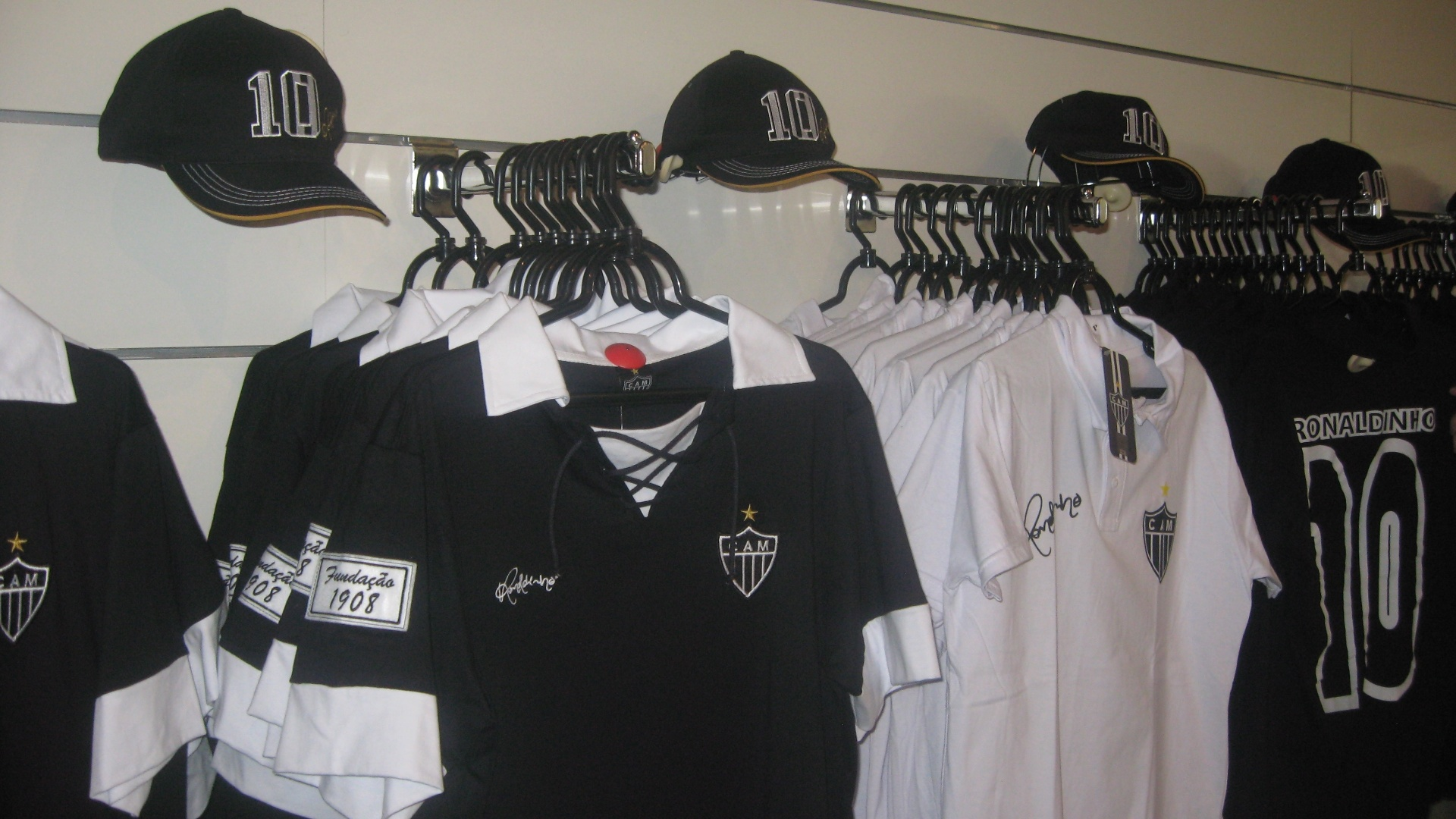 Camisas com a assinatura de Ronaldinho Gacho so expostas na Loja do Galo