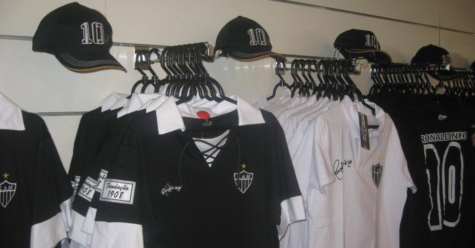 Camisas com a assinatura de Ronaldinho Gaúcho são expostas na Loja do Galo