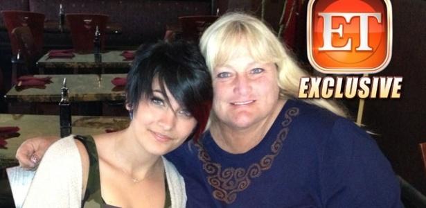 Primeira foto de Paris Jackson com a mãe, Debbie Rowe, é divulgada