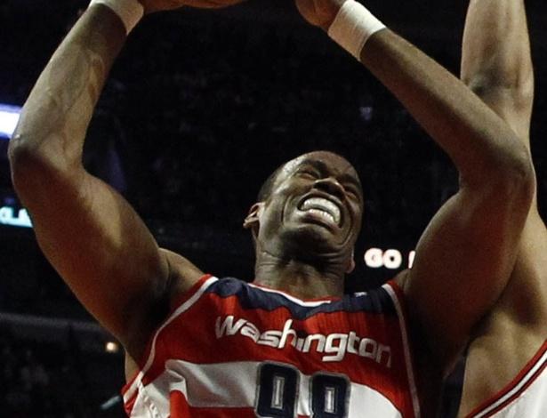 17.abr.2013 - Jason Collins tenta cesta em partida do Washington Wizards contra o Chicago Bulls