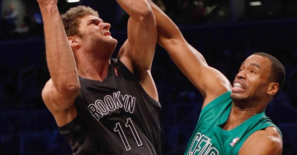25.dez.2012 - Jason Collins, dos Celtics, tena bloquear arremesso de Brook Lopez, dos Nets, na rodada de Natal da NBA