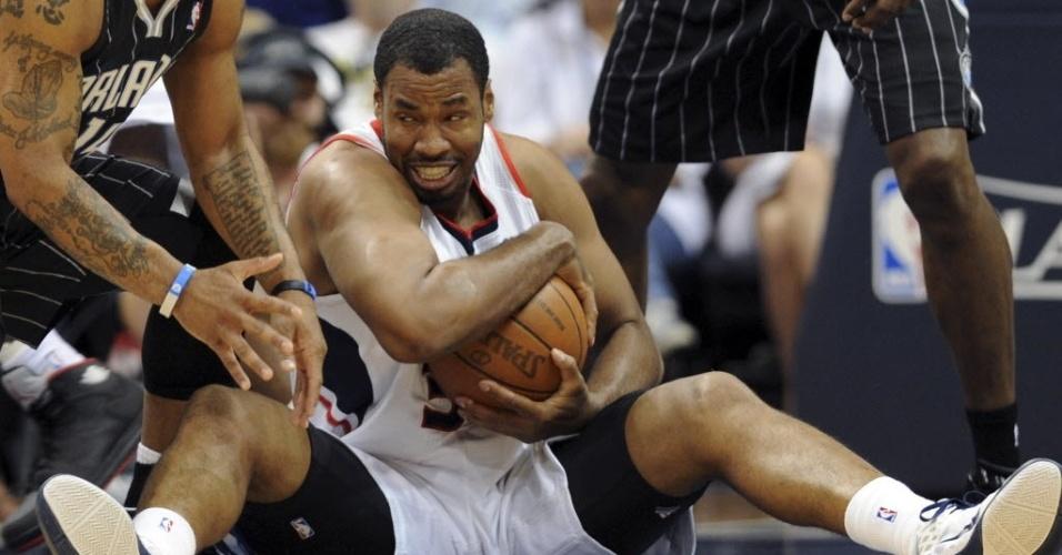 28.abr.2011 - Jason Collins, então no Atlanta Hawks, disputa bola em partida dos playoffs da NBA contra o Orlando Magic