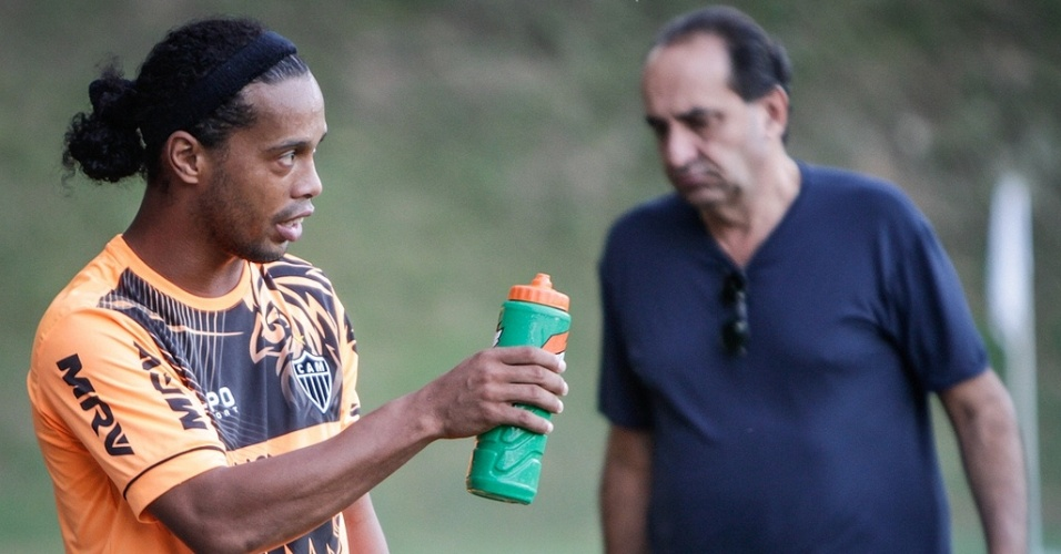 30/04/2013 - Ronaldinho Gaúcho (Alexandre Kalil ao fundo) após treino do Atlético-MG na Cidade do Galo