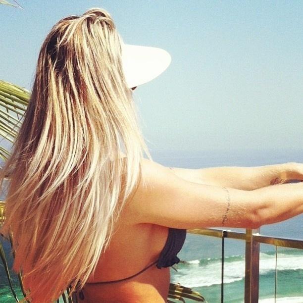 30.abr.2013 - A ex-panicat Juju Salimeni aproveitou também para elogiar a vista de seu hotel no Rio de Janeiro, de frente para praia