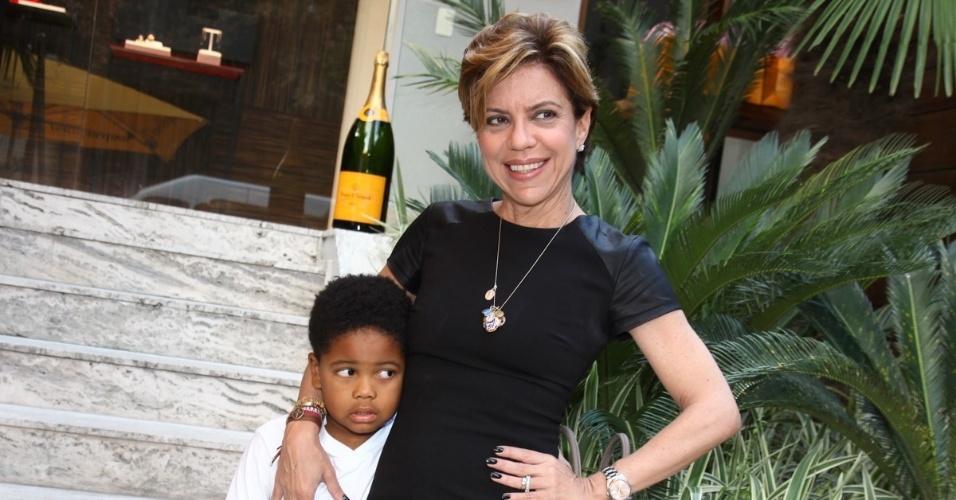 30.abr.2013 - Acompanhada do filho, Gabriel, Astrid Fontenelle prestigiou o lançamento de uma coleção de joias em uma loja em São Paulo