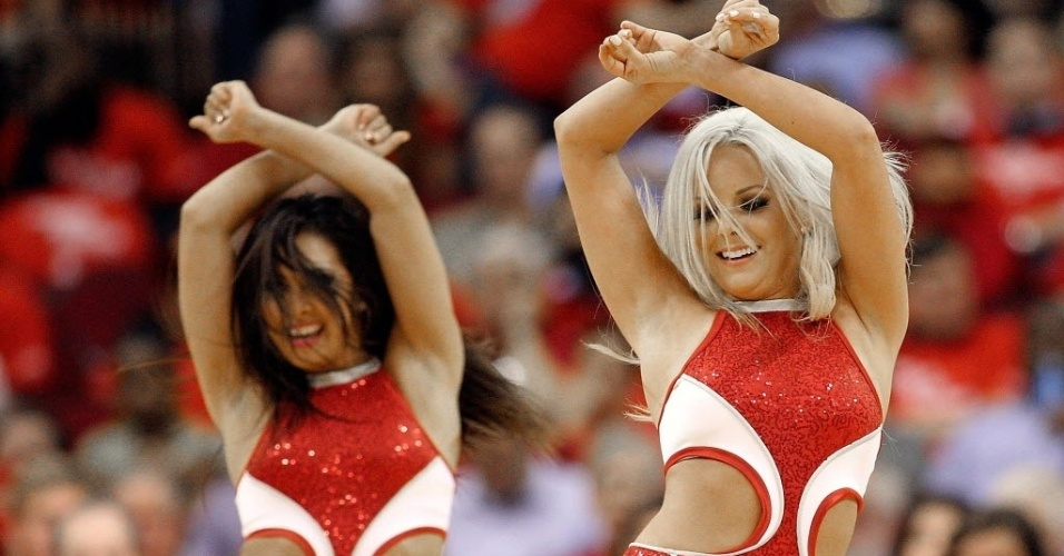 30.abr.2013 - Cheerleaders do Houston Rockets dançam durante intervalo da partida contra o OKC Thunder pelos playoffs da NBA