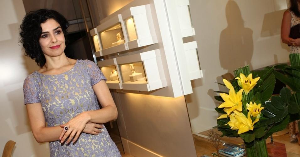30.abr.2013 - Letícia Sabatella prestigiou o lançamento de uma coleção de joias em uma loja em São Paulo