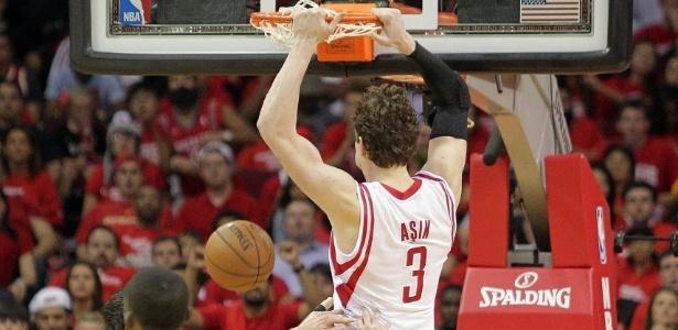 30.abr.2013 - Omer Asik anotou 17 pontos e pegou 14 rebotes para ajudar os Rockets a diminuírem a série contra o Thunder para 3 a 1