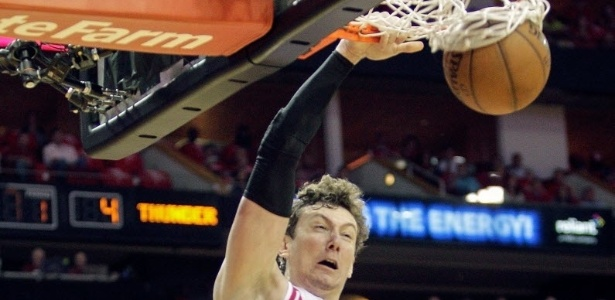 30.abr.2013 - Omer Asik crava a bola durante a vitória do Houston Rockets sobre o Oklahoma City Thunder pelos playoffs