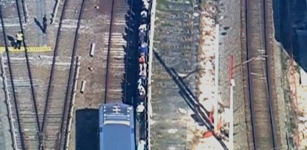 Nesta terça (30), uma falha de tração em um trem da linha 3-vermelha do metrô de SP deixou uma composição parada e obrigou passageiros a caminharem ao lado da linha do trem