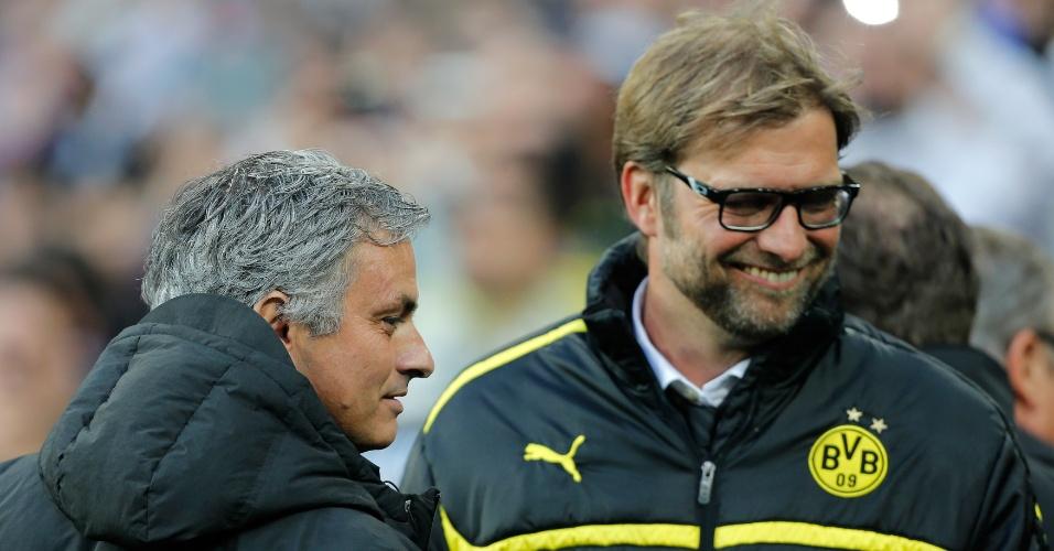 30.abr.2013 - Técnico do Real Madrid, José Mourinho (e.) cumprimenta o treinador do Borussia Dortmund, Juergen Klopp