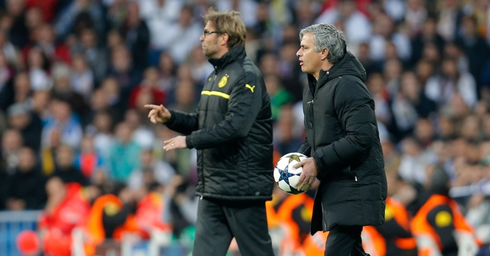 30.ABR.2013 - Treinadores de Real Madrid e Borussia, Mourinho (d.) e Juergen Klopp (e.) orientam seus comandados