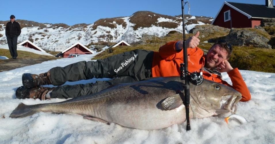 30.abr.2013 - Um pescador alemão pescou um bacalhau de 1,60 m de comprimento e 47 kg. A pesca recorde foi realizada em Breivikfjord, perto da cidade portuária de Hammerfest, na costa norte da Noruega