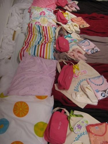 A lembrança dessa festa de aniversário com tema Noite do Pijama, organizada pela Ópera Cacau, era um kit com pijama, chinelo, nécessaire e tapa-olho