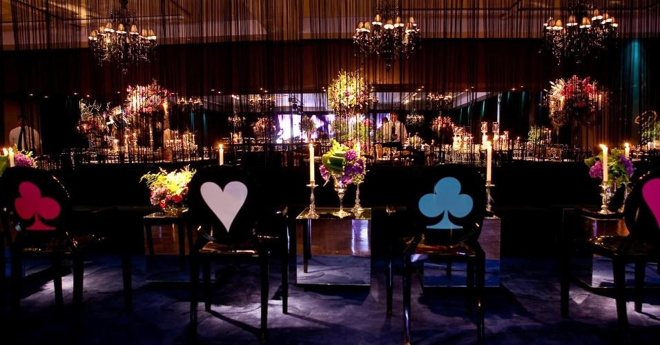 Algumas cadeiras foram personalizadas com naipes de baralho, em referência a ?Alice no País das Maravilhas?, um dos filmes para qual o cineasta fez uma versão de sucesso. (www.1-18project.com)