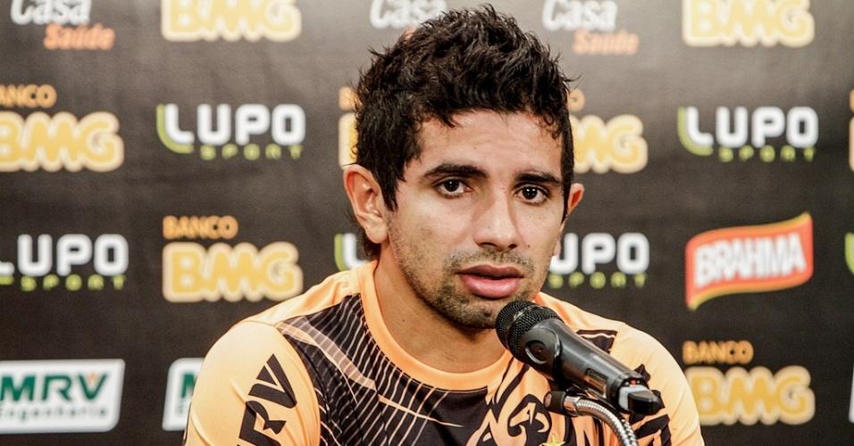 Atacante Guilherme, do Atlético-MG, concede entrevista na Cidade do Galo (19/4/2013)