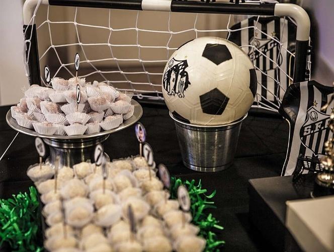 Bolas de futebol foram usadas para compor a decoração desse aniversário organizado pelo Studio Decor
