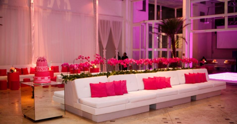 Confortáveis sofás foram posicionados próximos à pista de dança. O tema Victoria's Secret, dessa vez, apareceu nas almofadas, nas flores e no bolo dessa festa decorada por Cristina Buchain