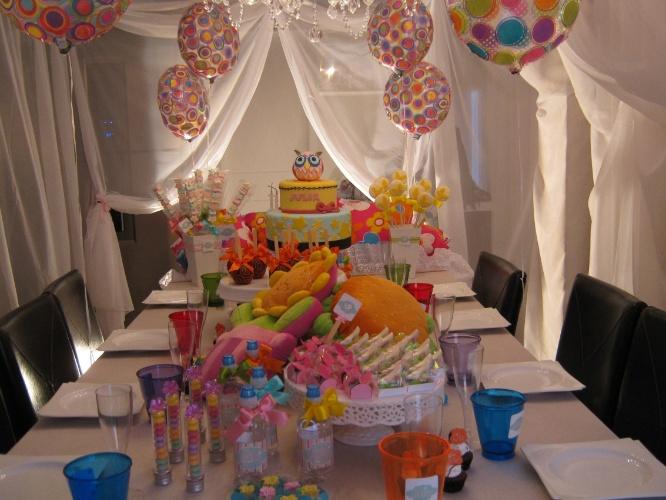 Festas do pijama fazem a alegria de meninos e meninas. Nesse projeto da equipe de decoradores da Ópera Cacau (www.operacacau.com.br), desenvolvido para uma adolescente, a mesa de doces foi decorada com almofadas divertidas. Cortinas de voal faziam as vezes de cabanas para as convidadas