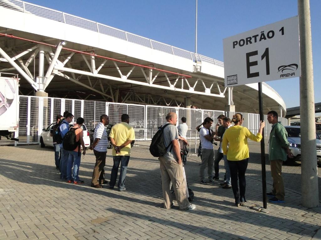 Jornalistas aguardam abertura dos portões no lado de fora da Arena do Grêmio para acessar o treino (30/04/2013)