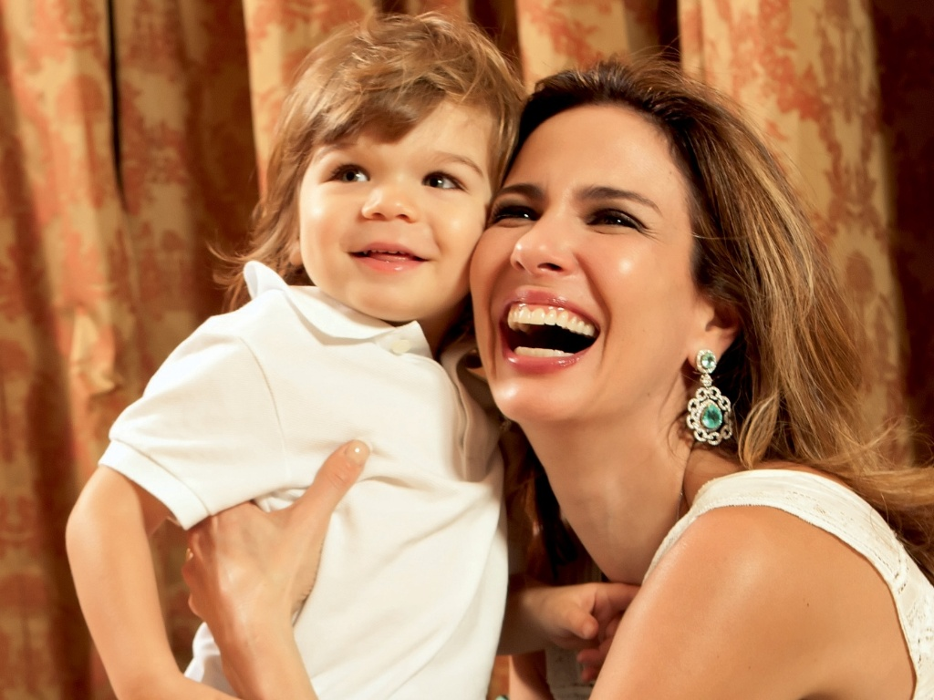 Luciana Gimenez posa com o caçula Lorenzo, 2, para a revista