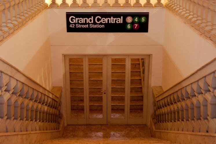 Na entrada do aniversário, a placa com o nome da estação de metrô mais famosa de Nova York dava uma dica aos convidados sobre o que encontrariam ao entrar no salão decorado pela 1-18 Project