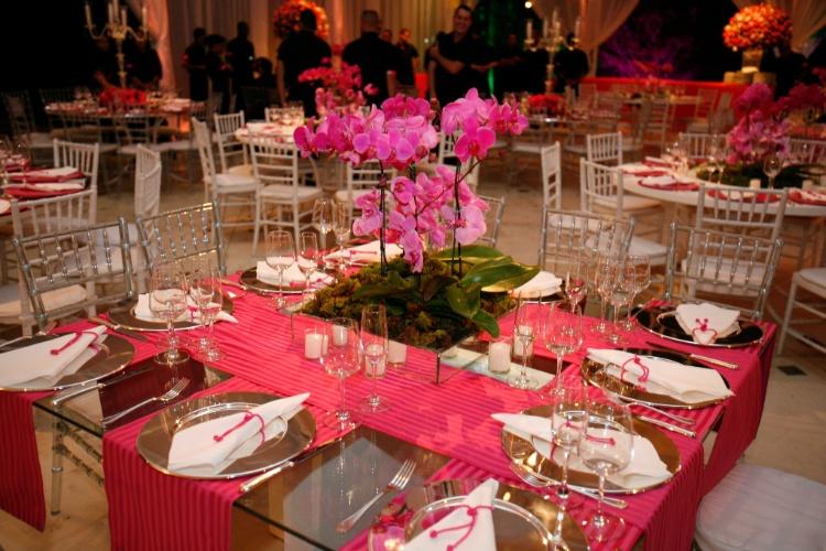 Nas mesas de jantar, os caminhos de tecido tinham as cores da marca Victoria's Secret, tema desse aniversário decorado por Cristina Buchain