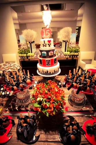 Nessa festa de aniversário que teve como tema Nova York, produzida por Letícia Alencar, o bolo de pasta americana foi confeitado com cartazes de musicais da Broadway e sacolinhas de compras de lojas famosas da Big Apple