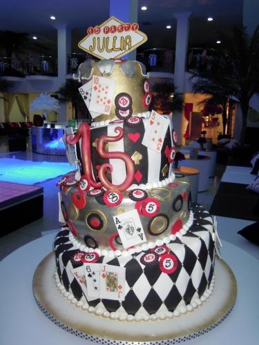 """Na festa com o tema """"Las Vegas"""", organizada por Cristiane Pileggi (www.cristianepileggi.com.br), o bolo de quatro andares foi decorado com cartas de baralho e fichas de cassino"""