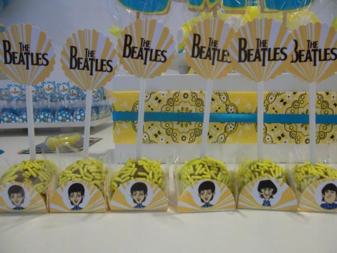 Para agradar a um fã incondicional dos Beatles, a equipe da Felicità Festas (www.felicitafestas.com) criou uma decoração exclusiva para essa festa de aniversário. As forminhas dos doces foram personalizadas com caricaturas dos integrantes do quarteto inglês