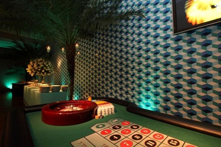 Para que os convidados acreditassem estar, de fato, em Las Vegas, Cristiane Pileggi (www.cristianepileggi.com.br) espalhou mesas de jogos pelo salão