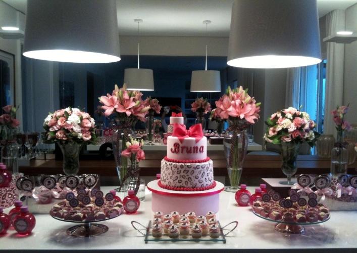 """Uma adolescente fashionista escolheu a tendência """"animal print"""" para decorar sua festa de seu aniversário. Estampas de oncinha estavam presentes em toda a mesa de doces, inclusive no bolo. As cores marrom e cor-de-rosa também reinaram nesse projeto do Studio Decor (www.studiodecoreventos.com.br)"""