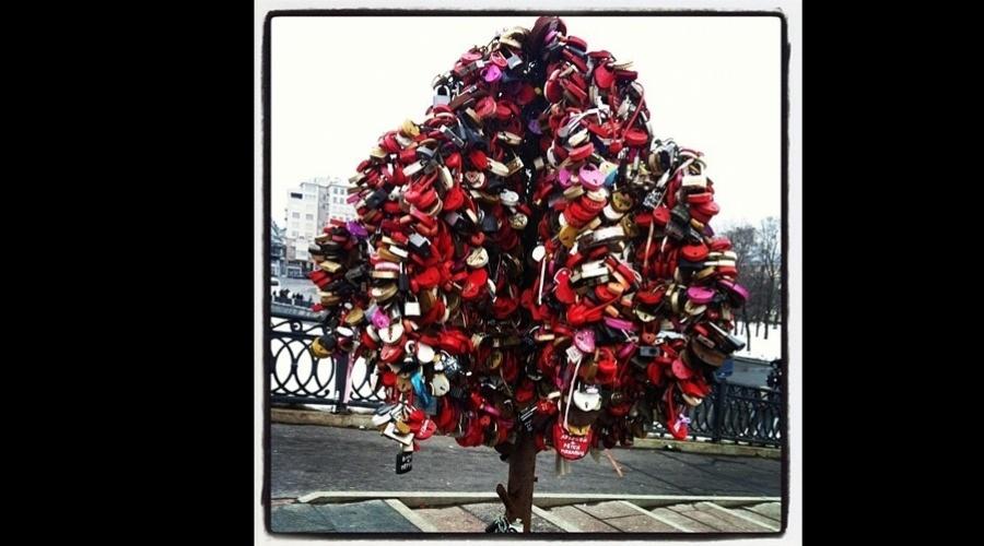 """1.mai.2013 - Daniela Mercury e sua mulher, Malu Verçosa, colocaram um cadeado de amor em uma árvore de Moscou. A imagem foi divulgada pela cantora por meio de sua página do Twitter. """"Uma árvore de cadeados de amor onde eu e Malu colocamos o nosso e todos os noivos saem igreja em Moscou e vão até essa rua"""", explicou . A tradição simboliza a ligação eterna do casal"""