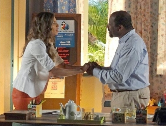 """1.mai.2013 - Em """"Flor do Caribe"""", Ester descobre que Alberto trocou diamantes para prejudicar Cassiano"""