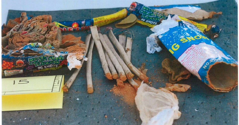 1º.mai.2013 - Imagem divulgada pelo FBI (polícia federal dos Estados Unidos) mostra fogos de artifício supostamente encontrados numa mochila pertencente a Dzhokar Tsarnaev, um dos suspeitos pelo atentado em Boston. Três homens foram presos nesta quarta-feira (1º) suspeitos de terem ajudado os irmãos Tsarnaev no atentado. Eles teriam jogado fora a mochila de Dzhokar para não comprometê-lo nas investigações do atentado