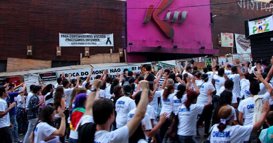 1º.mai.2013 - Passeata da Marcha para Jesus realizada nesta quarta-feira (1º), em Santa Maria (RS), passa em frente à boate Kiss, onde um incêndio em janeiro matou 241 pessoas. As vítimas da tragédia foram homenageadas durante a marcha