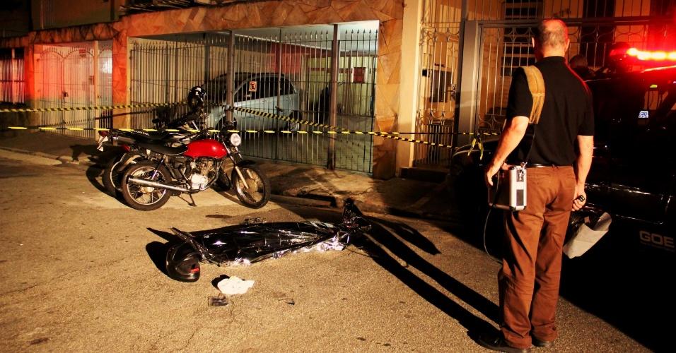 1º.mai.2013 - Policial civil reagiu a uma tentativa de assalto e matou um criminoso na rua Forte do Calvário, na região de Vila Formosa, zona leste de São Paulo. Ele passava de moto pela rua quando foi abordado por dois homens que estavam em outra motocicleta