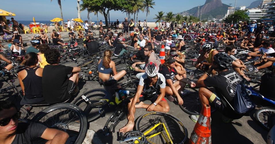 1º.mai.2013 - Um movimento organizado pelas redes sociais homenageou nesta quarta-feira (1º) o ciclista Pedro Nicolay que foi atropelado e morreu ontem durante um treinamento em Ipanema. Centenas de ciclistas se vestiram de preto e sentaram próximo à orla do Leblon em protesto. Nesta quarta, outro ciclista foi atropelado enquanto passava de bicicleta pela praça da Bandeira, na zona norte