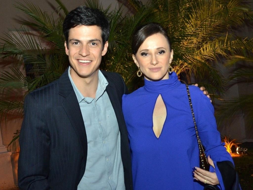 30.abr.2013 - Mateus Solano chega com a namorada Paula Braun ao lançamento da novela